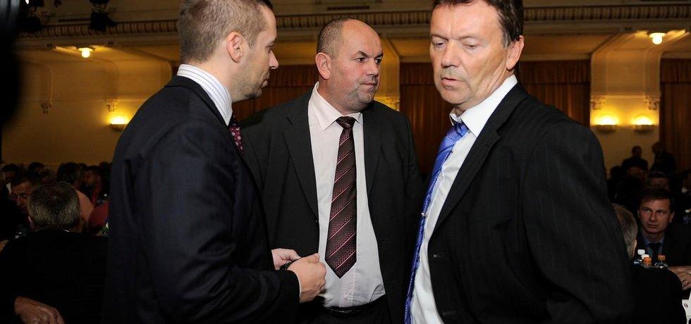 Zleva předseda Ligové fotbalové asociace Dušan Svoboda, bývalý šéf FAČR Miroslav Pelta a místopředseda FAČR Roman Berbr