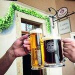 Zum Wohl! Slavnostní přípitek před pivovarem a muzeem v Rechenbergu. Vpravo speciální půllitr, který mohou získat pivaři za návštěvu deseti pivovarů Krušnohorské pivní stezky