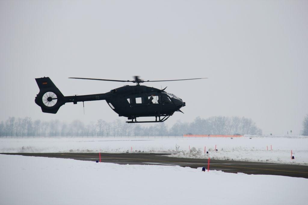 Jeden ze strojů speciálních sil právě startuje ze zasněženého vojenského letiště Laupheim.
