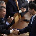 Předseda Sněmovny reprezentantů Paul Ryan (vpravo) se před vystoupením ve Sněmovně pozdravil s premiérem v demisi Andrejem Babišem