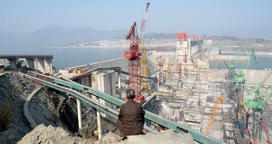 Stavba přehrady Tři soutěsky v Číně v roce 2004. Plně funkční je od roku 2012.