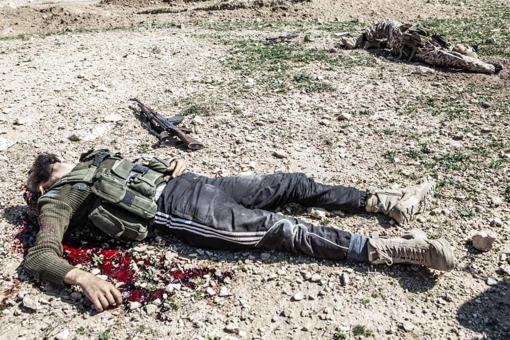 Kousek od tohoto postu leželo několik zabitých IS, kteří se pokusili o útok na stanoviště.