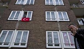 Turci žijící v Amsterdamu vyvěšují na protest vlajky z oken