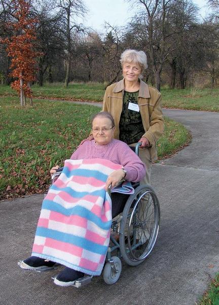 Dobrovolnice hospice s klientkou na procházce