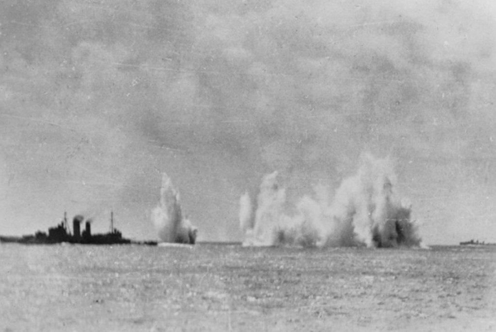 Britská loď Exeter během leteckého útoku 15. února 1942.