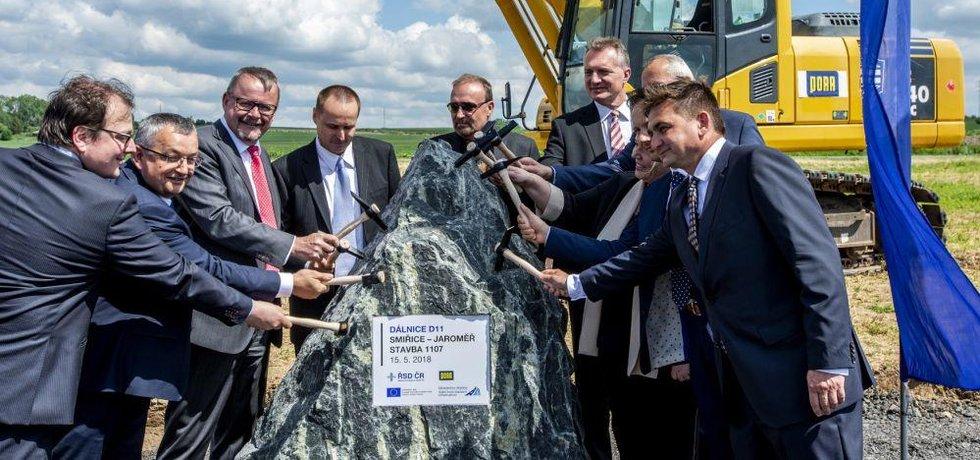 Na snímku zleva jsou generální ředitel ŘSD ČR Jan Kroupa, polský ministr infrastruktury a stavebnictví Andrzej Adamczyk a ministr dopravy Dan Ťok při slavnostním poklepání základního kamene