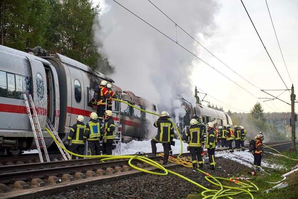 Hasiči u vlaku ICE 3 nedaleko města Montabaur. K požáru došlo 12. října a bylo evakuováno 510 pasažérů.