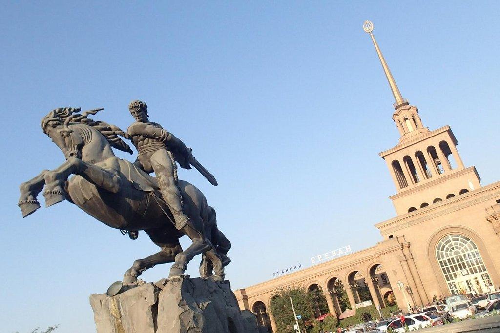 Jerevanské nádraží se sochou krále Davida.