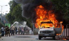 Jemenci, kteří kvůli filmu protestovali už minulý týden u amerického velvyslanectví v Saná, v pondělí protest zopakovali, ale v klidnější podobě. Tisíce lidí na výzvu libanonského fundamentalistického hnutí Hizballáh přišly demonstrovat v Libanonu a stovky i v Ramalláhu na palestinských územích. Kromě arabského světa protestovali i muslimové v Pákistánu nebo v Afghánistánu.  (Foto ČTK)