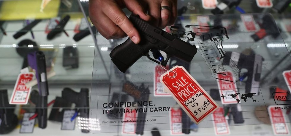 Prodejna se zbraněmi, ilustrační foto