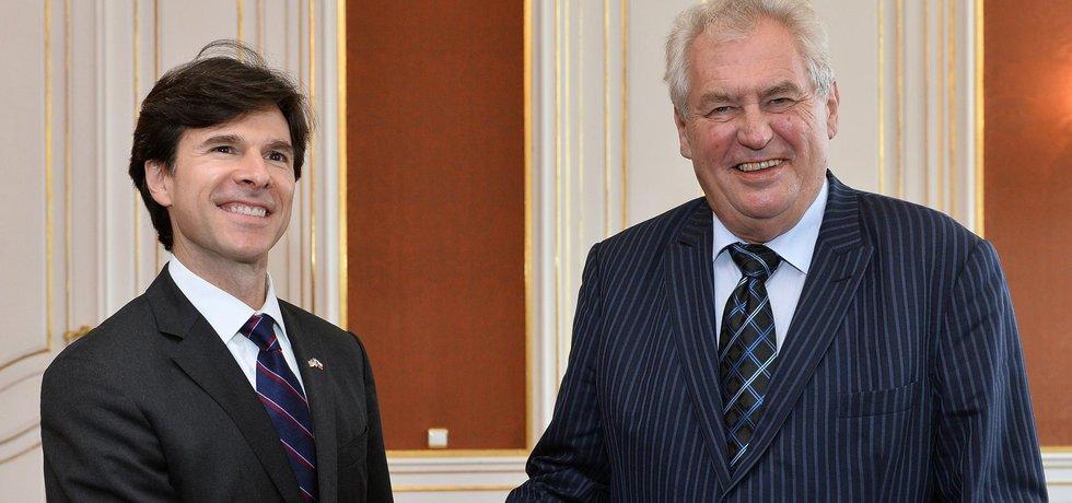 Americký velvyslanec Andrew Schapiro a český prezident Miloš Zeman na snímku ze září 2014
