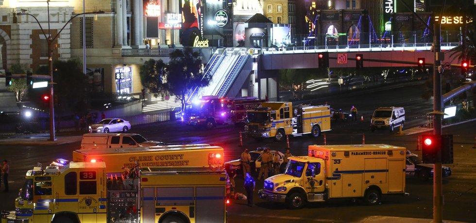 Hasiči, zdravotníci a policie čekají poblíž místa střelby v Las Vegas
