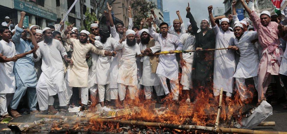 Aktivisté v Bangladéši z různých islámských skupin pálí barmskou vlajku a atrapu rakve barmské ministryně zahraničí Aun Schan Su Ťij při protestu proti perzekci Rohingů v Barmě