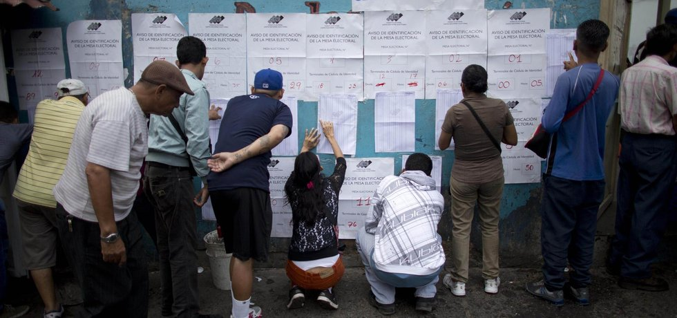 Seznam voličů v Caracasu.