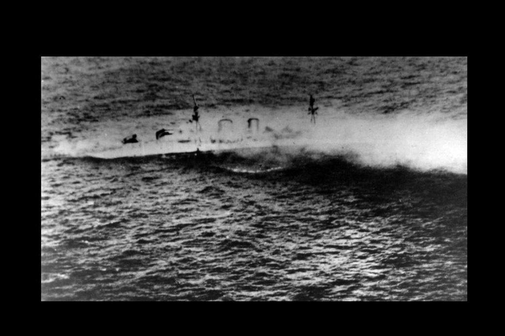 Potápějící se Exeter v bitvě v Jávském moři.
