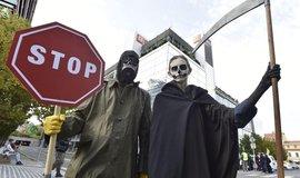 Aktivisté z hnutí Extinction Rebellion před budovou ČEZ