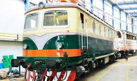 """Lokomotiva """"Bobina"""" 499.042 (původně řady 140.042) v retro barvách z 80. let minulého století"""
