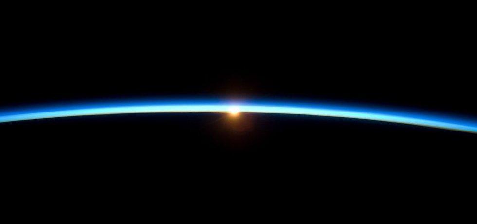 Západ slunce na křivce horizontu Země