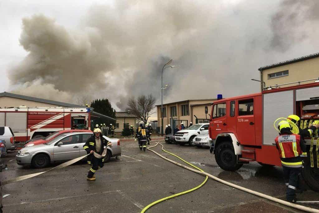 Na místo výbuchu ve východorakouské obci Baumgarten an der March se sjelo několik hasičských vozů, přivolány byly sanitky i záchranářské vrtulníky. Hasiči měli na místě 240 mužů.