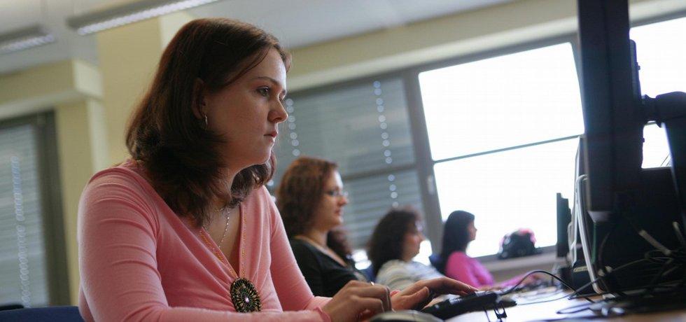 ilustrační foto ženy v kanceláři