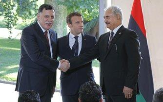 Emmanuel Macron, generál Libyjské národní armády (LNA) Chalífa Haftar a premiér tripoliské vlády podporované OSN Faíz Sarrádž