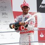 10. Lewis Hamilton (formule 1) – 46 milionů dolarů. Hamilton se nestal celkovým vítězem formule 1, když jej předčil jeho stájový kolega Nico Rosberg. I tak je však mezi jezdci nejlépe vydělávající, což mu zaručuje smlouva na více než 120 milionů dolarů na tři roky. Kromě toho propaguje například kosmetickou značku L'Oreal či luxusní hodinky IWC.