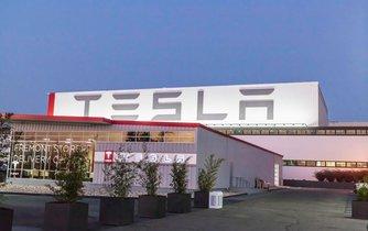 Továrna Tesly v Kalifornii
