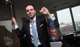 Nová doba. Miroslav Lukeš z MasterCardu očekává, že banky omezí například cestovní pojištění spojená s platebními kartami