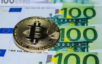 Bitcoin a eurobankovky, ilustrační foto