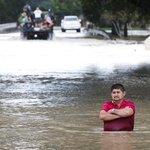 Muž stojí na ulici v Houstonu po pás ve vodě poté, kdy kvůli setrvalým dešťům po tropické bouři Harvey přetekla nádrž Addicks