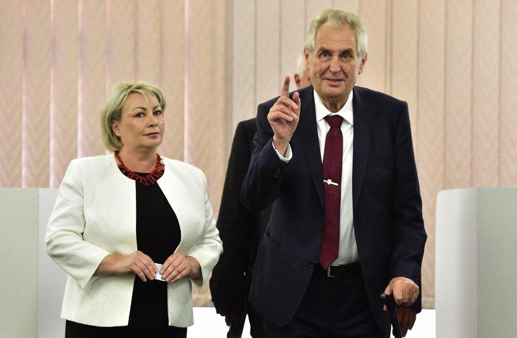 """""""Volby jsou svátek demokracie,"""" prohlásil prezident Miloš Zeman při odevzdávání lístků. Na snímku s manželkou Ivanou"""