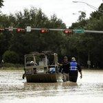 Policie střeží ulice zaplaveného Houstonu