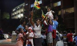 Zimbabwané v ulicích slaví pád prezidenta Roberta Mugabeho
