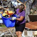 Sheri Gaglianová v oblasti Bay Side v Texasu sbírá hračky z domu sousedky