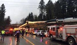 Následky železniční nehody u amerického Seattlu