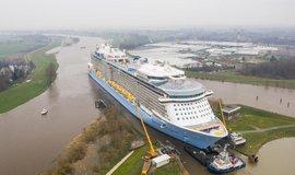 Loď Spectrum of the Sea manévrovala na německé řece Ems