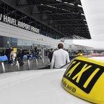 Taxikáři na letišti protestují proti službe Uber