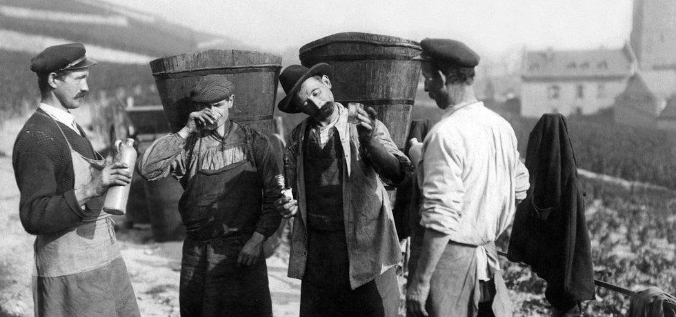 Pití alkoholu - historická fotografie