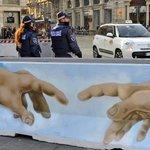Bezpečnostní zábrany v italském Miláně ozdobili pouliční umělci