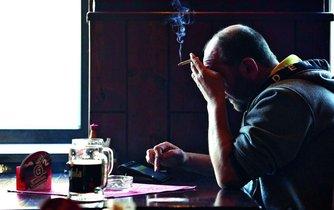 Cigarety a alkohol - ilustrační foto