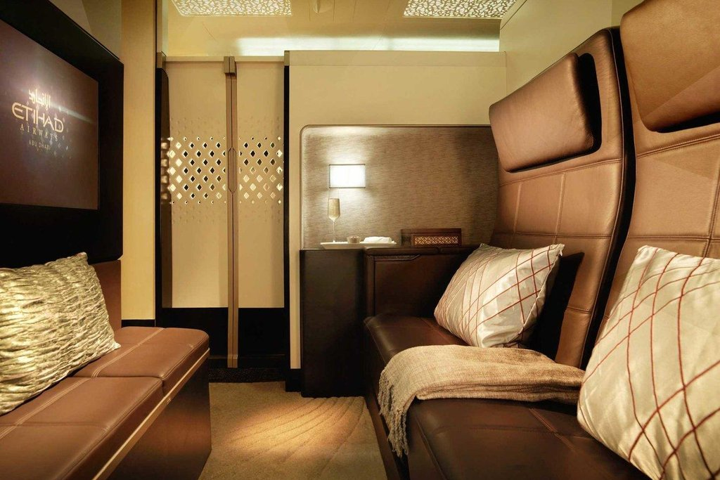 1. Etihad Airways. Největší komfort náročným cestujícím nabízí Etihad. Nejluxusnější variantou první třídy je Residence, třípokojové apartmá přímo na palubě. Jeho součástí je obývací pokoj, manželská postel, sprcha a vlastní stevard.