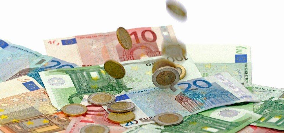 Do českých bank se vracejí eura