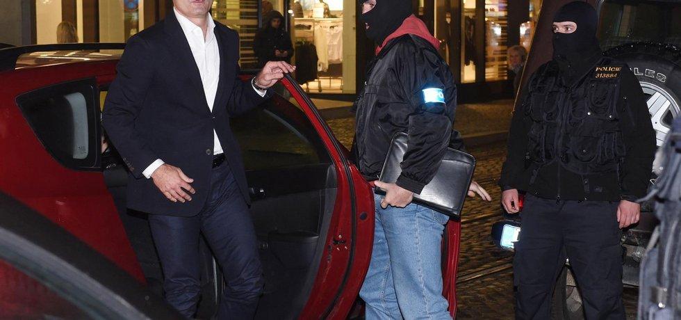 Policisté přivezli 13. října večer do Olomouce Ivana Langera (vlevo), jehož kvůli korupčnímu případu zadrželi v Praze. Šli s ním do jeho domu, v němž je policie celý den.