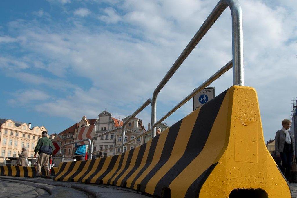 Odpudivý vzhled a pochybná účinnost. Politici kritizují zátarasy v centru Prahy