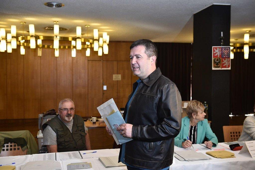 Předseda ČSSD a vicepremiér Jan Hamáček odevzdal hlas v komunálních volbách v Mladé Boleslavi