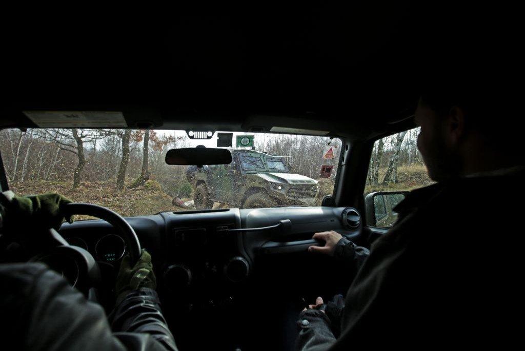 Arabská vyhlídka. Přes čelní sklo je vidět obrněné vozidlo NIMR ze Spojených arabských emirátů, jehož části se budou montovat ve státním podniku VOP CZ v Šenově u Nového Jičína.