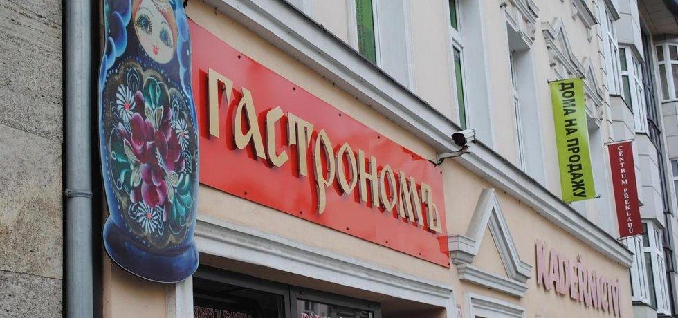 Ruský nápis na obchodu v Karlových Varech