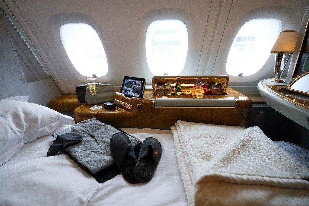 2. Emirates. Aerolinky Emirates přišly loni v kategorii prvních tříd s novinkou: ve vlastní kóji s interiérem inspirovaným vozy Mercedes-Benz máte k dispozici třeba virtuální okna.