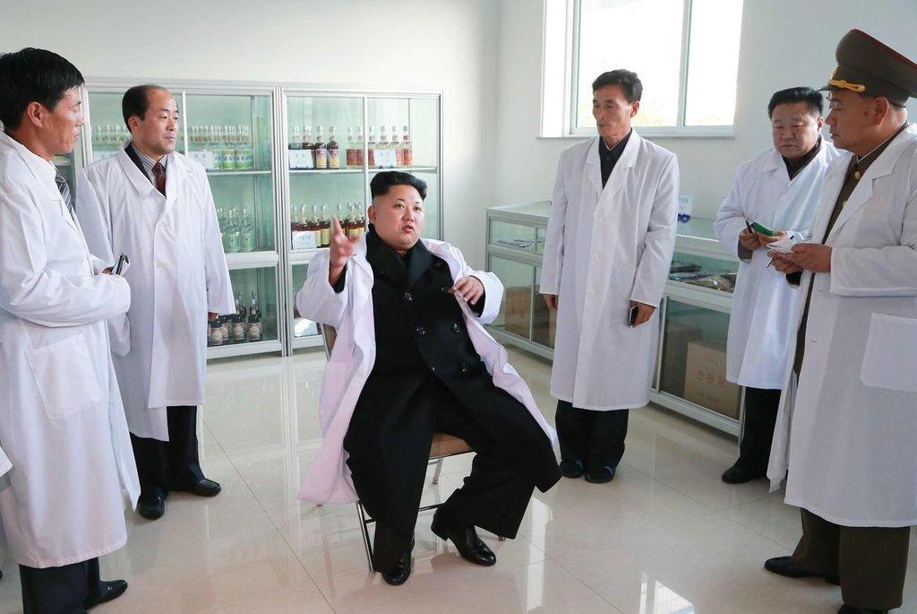 Na inspekci továrny. Zaměstnanci jsou v pozoru.