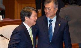 Dvojice jihokorejských prezidentských kandidátů: Moon Jae-in (strana liberálních demokratů, napravo) a  Ahn Cheol-soo (strana lidová) nalevo